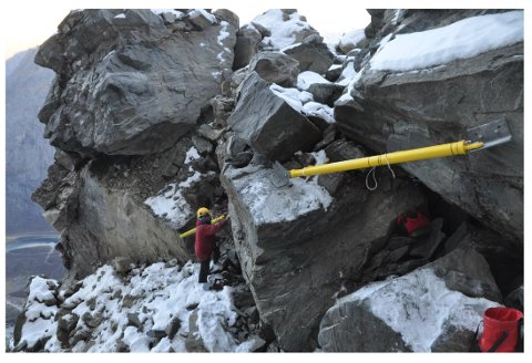 STREKKSTAG MÅLER BEVEGELSEN: Bilde fra øvre del av Veslemannen, der det er montert strekkstag som måler bevegelser i fjellet.