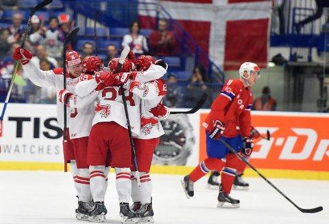 PÅ ETTERSKUDD: Andreas Stene og Norge ligger godt bak dansk ishockey på et spesielt punkt. Her fra lagenes møte under VM i Tsjekkia i fjor, da Danmark vant mot Norge for første gang på 13 år i et mesterskap.