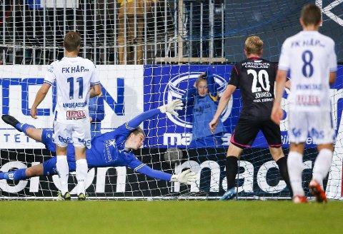 VIF FORTSATTE TRENDEN: Haugesund-keeper Per Kristian Bråtveit kunne ikke hindre at Ghayas Zahid og Vålerenga scoret målet som sikret uavgjort på Haugesund stadion.