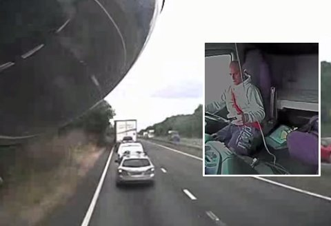 DØDSULYKKE: Lastebilsjåføren ser på mobilen sin, og legger ikke merke til bilene som har hopet seg opp foran ham.