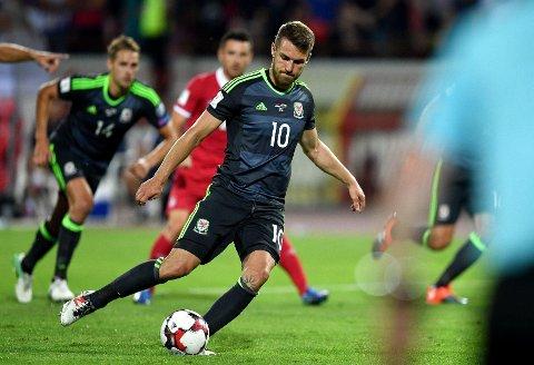 HISTORISK SUS: Aaron Ramsey scoret på samme måte fra krittmerket som Tsjekkoslovakia-legenden Antonín Panenka. Wales-stjernen gjorde det attpåtil på samme stadion.