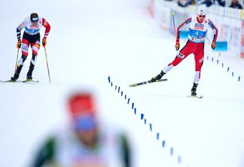 MEDALJESPRINT: Norges Jarl Magnus Riiber (til høyre) sikret sølvet med en spurt som utkonkurrerte Østerrikes Bernhard Gruber. Tyskland og Fabian Riessle (i forgrunnen) vant.