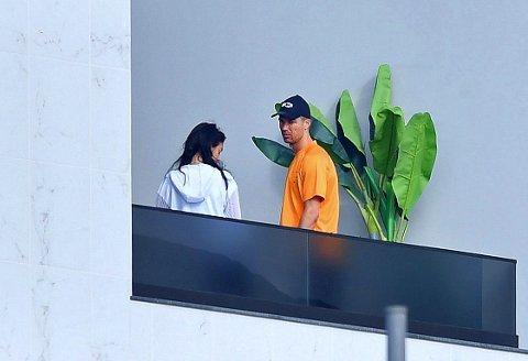 AVSKJERMET: Cristiano Ronaldo og kona Georgina Rodriguez befinner seg i karantene på den portugisiske øya Madeira. Her er de to avbildet på balkongen utenfor leiligheten i Funchal.