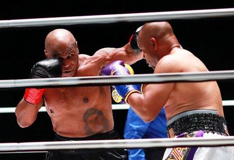 Mike Tyson og Roy Jones møttes i ringen i Los Angeles natt til søndag. Foto: Joe Scarnici / Triller via AP / NTB
