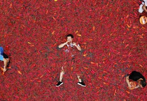 Bildet er tatt 8 juli i 2018. Det viser en deltaker som er med i en chilli-konkurranse i Kina. Vinneren i denne konkurransen spiste 50 chilli på ett minutt.