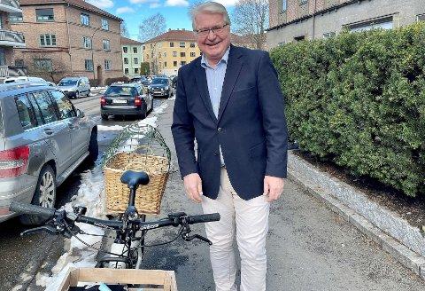 Smilet sitter løst hos tidligere Oslo-ordfører Fabian Stang, som viser frem sin sykkel - med flere munnbind i kassen foran og med egenkomponert hundebur bakpå.