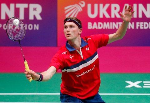 Viktor Axelsen i aksjon i EM-semifinalen i badminton lørdag. Etterpå ble det klart at dansken har testet positivt på koronaviruset. Foto: Efrem Kukatsky, AP / NTB