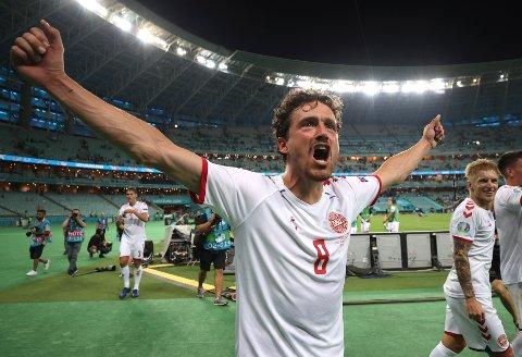 Thomas Delaney slipper jubelen løs etter at Danmark sikret semifinalebilletten i fotball-EM. Han ga danskene en tidlig ledelse i 2-1-seieren over Tsjekkia. Foto: Naomi Baker / AP / NTB
