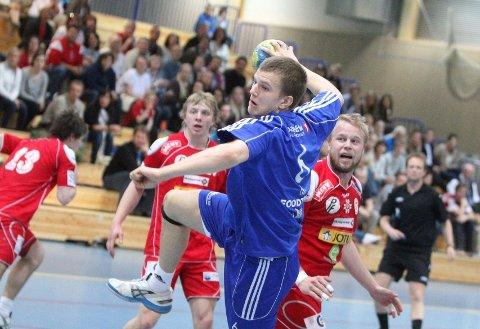 Rune Røed Gauslå scoret fem mål i sin andre kamp på a-laget til Oppsal. Her har han snudd ryggen til Sandefjords Stig Robert Bekkelund. Foto: Arild Jacobsen