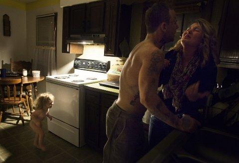 Dette bildet viser 30 år gamle Shane som går til angrep på sin 19 år gamle kjæreste foran datteren hennes. Fotografen Sara Lewkowicz kontaktet politiet før hun fortsatte å knipse bilder av episoden.