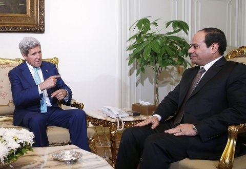 IKKE INTERESSERT: Israel er ikke interessert i å delta i våpenhvileplanen som Egypt har lagt fram. Her er Egypts president Abdel Fattah al-Sisi (R) i samtaler med USAs utenriksminister John Kerry om konflikten i Gaza.
