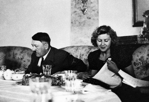 ADOLF HITLER med Eva Braun under et måltid.