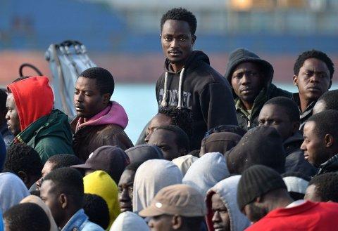 ITALIA: Båtflyktninger ankommer italiensk land, etter å ha blitt reddet i Middelhavet. En 16 år gammel gutt som var om bord på skipet som forliste utenfor Libya sist helg, der 800 mennesker druknet, skal ha vært på vei til Norge.