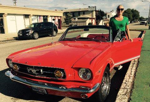 Mona B. Riise kjører den perfekte blondinebilen i L.A.