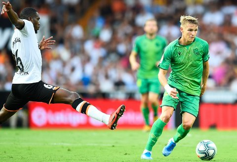 MYE INVOLVERT: Martin Ødegaard startet ligasesongen i Spania friskt med Real Sociedad. Han bød Geoffrey Kondogbia (til venstre) og Valencia på flere utfordringer på midtbanen.