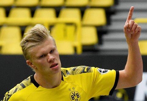 Erling Braut Haaland jubler etter scoringen mot Schalke på hjemmebane.