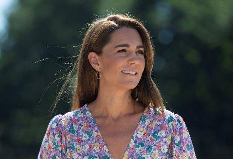 KJOLE: Kate Middleton hadde på seg en kjole designet av norske Helle da hun besøkte et hospice for barn i slutten av juni. Kort tid etter bildene ble tatt, ble kjolen utsolgt.