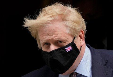 Deltavarianten stikker kjepper i hjulene for britene. Dermed har statsminister Boris Johnson sagt at en ytterligere gjenåpning må vente.