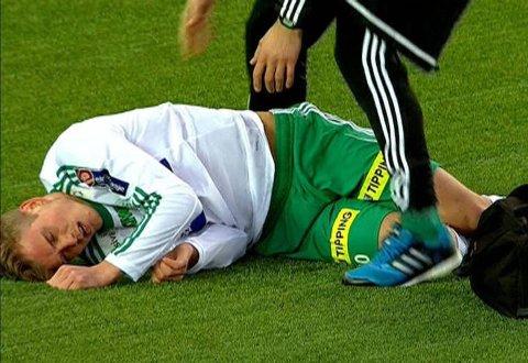 STYGT BRUDD: Emil Sildnes ble liggende og vri seg i smerte etter et leit møte med Hødds keeper.