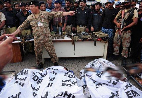 DØDE: Pakistansk politi viste fram de døde terroristene på Jinnah International Airport in Karachi mandag. Totalt er 24 døde.