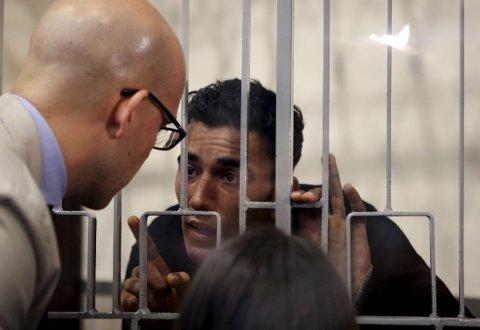 KAPTEIN? Mohammed Ali Malek snakker med sin advokat Massimo Ferrantei rettsmøtet fredag. Han risikerer å bli siktet for massedrap.