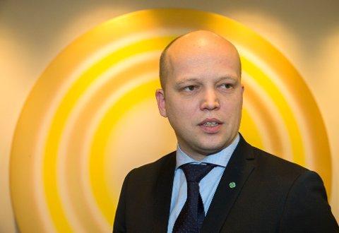 Trygve Slagsvold Vedum, leder i Senterpartiet, understreker at det er norske velgere som skal bestemme norsk asylpolitikk.