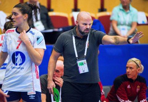EN ARMLENGDES AVSTAND: Kim Rasmussen fikk se framgang fra Ungarns spillere. Men Norge og Stine Skogrand i (forgrunnen) holdt unna i en ny tett EM-kamp.