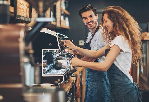 ROMANTIKK I LUFTEN: Flertallet av oss har erfaring med romanser på jobben, men hvor flørtes det egentlig aller mest?