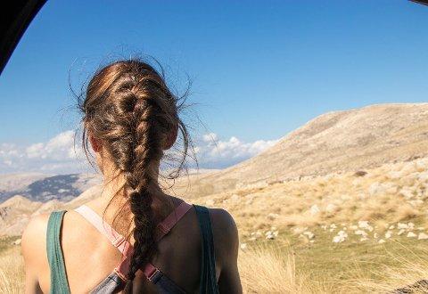PRAKTISK OG FINT: Fletter i ulike varianter er eksempel på frisyrer som funker bra i sommervarmen. I tillegg til at de er praktiske, ser de flotte ut. Illustrasjonsfoto