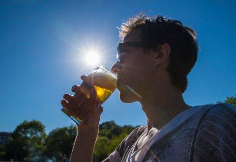SELGER SOM ALDRI FØR: En halvliter pils i solen smakte godt for mange i juni.