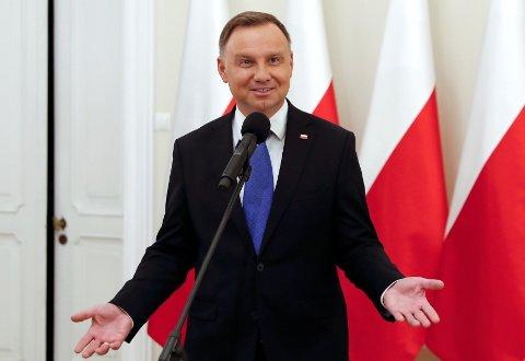 TAKKET: Polens sittende president Andrzej Duda erklærte seg som vinner allerede søndag kveld, selv om resultatet da så ut til å kunne gå begge veier.