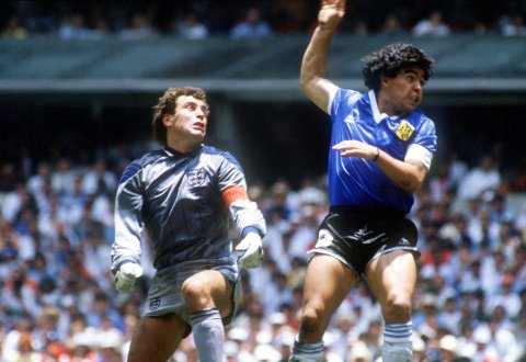BERØMT MÅL: Diego Maradonas scoring med hånden mot Peter Shilton og England i 1986.