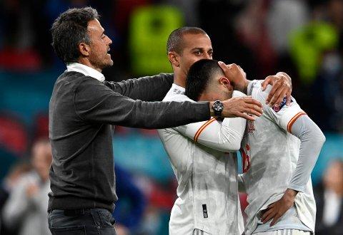 Luis Enrique hjelper Thiago Alcântara å trøste 18-årige Pedri etter straffetapet for Italia i EM-semifinalen. Han mener verden ikke har sett et gjennombrudd som Pedris. Foto: Andy Rain, Pool via AP / NTB