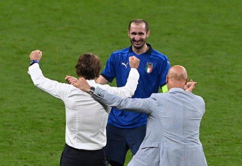 Giorgio Chiellini feirer med landslagssjef Roberto Mancini etter Italias seier i EM-finalen. Foto: Facundo Arrizabalaga, Pool via AP / NTB