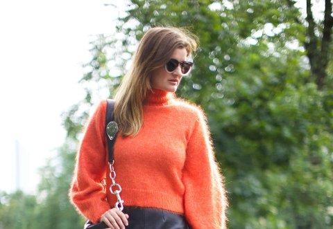 Prøv for eksempel å style den oransje strikkegenseren med et sort skinnskjørt. Kontrastteksturene og fargene mot hverandre er veldig effektfullt.