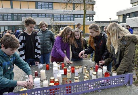 MEDELEVER: I løpet av tirsdag ettermiddag kom det medelever og venner, som tente lys utenfor skolen som savner 16 av sine elever og to lærere.