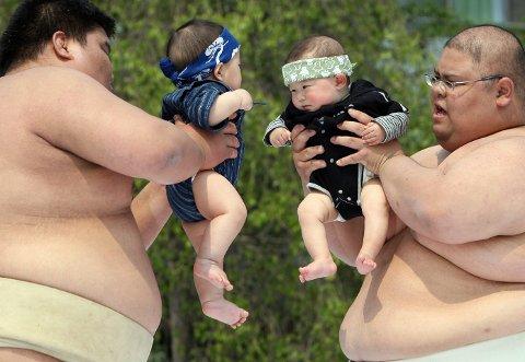 BEFOLKNINGSKRISE: I fjor ble det født 941.000 barn i Japan, noe som er det laveste tallet siden registreringen startet i 1899. Myndighetene har ambisiøse mål om å øke fødselsraten betraktelig de neste syv årene. Det langsiktige målet er å bevare befolkningstallet på rundt 100 millioner mennesker i 2060. Bildet er tatt fra det årlige Babygråt-sumo-arrangementet i Tokyo, hvor sumobrytere har til hensikt å få småbarn til å gråte.