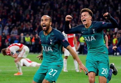 GLEDE OG FORTVILELSE: Tottenhams Lucas Moura og Dele Alli feier seiersmålet med fortvilte Ajax-spillere i bakgrunnen.
