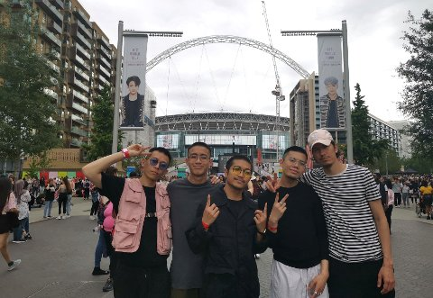 LEVER DRØMMEN: De fem gutta i Main Guys utenfor Wembley. Fr.v.: David Leung, Arvin Go, Jan Erik Santos, Kevin Vasquez,og Yasin Tatby.