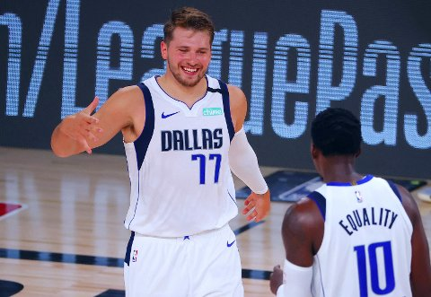 BALLMAGIKER: Den unge Dallas Mavericks-stjernen Luka Doncic tok pusten fra mange basketballfans med oppvisningen mot sterke Milwaukee Bucks.