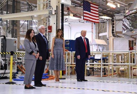 PÅ AVSTAND: I slutten av mars besøkte president Donald Trump og visepresident Mike Pence noe av det mest amerikanske som finnes; Kennedy Space Center i Florida. Med seg hadde de sine ektemaker. Mens herr og fru Pence står sammen, er det et hav av rom mellom herr og fru Trump. Noe også Simen A. Johannessen gjør et poeng ut av i denne kommentaren.