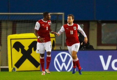 UTLIGNET: Louis Schaub feiret med David Alaba etter scoring mot Nord-Irland.