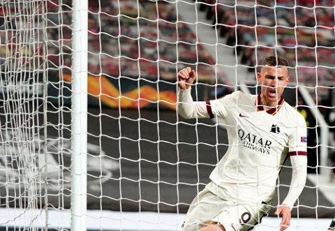 Romas Edin Dzeko signaliserer etter 2-1-scoringen. Foto: Jon Super / AP / NTB.
