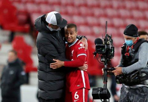 Liverpool-manager Jurgen Klopp (t.v.) feirer seieren mot Southampton sammen med Thiago.