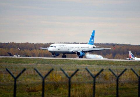 På dette bildet tatt 20. oktober i år sees det russiske passasjerflyet fra selskapet Kogalymavia på rullebanen i Moskva.