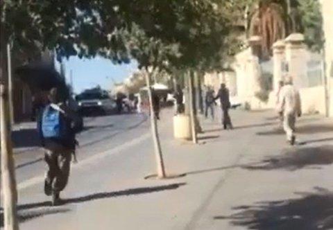 ANGREP I JERUSALEM: To tenåringsjenter gikk til angrep med saks i Jerusalem. Bilde er fra video nederst i saken.