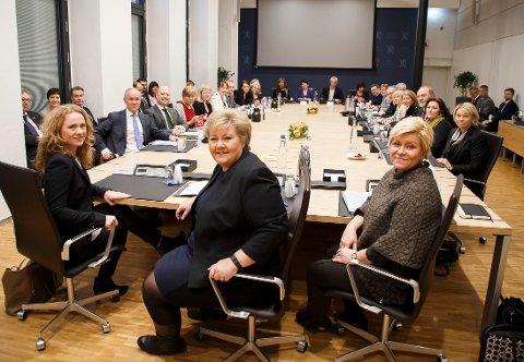 TIL KAMP MOT SVARTE PENGER: Statsminister Erna Solberg (i midten), finansminister Siv Jensen (th) og arbeids- og sosialminister Anniken Hauglie i møte med partene i arbeidslivet og andre sentrale aktører om kampen mot arbeidslivskriminalitet.