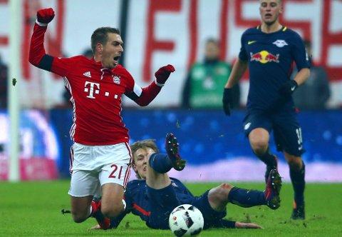 STYGT: Emil Forsberg fikk sterke reaksjoner mot seg etter denne manøveren mot Philipp Lahm. Heller ikke dommeren var nådig mot Leipzig-profilen i onsdagens toppkamp.