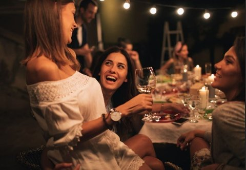 GJENGENS MIDTPUNKT: Hva er det som gjør noen av oss mer populære enn andre? Forskere har sett på hvilke personlighetstrekk som går igjen hos de «alle» vil være venner med.