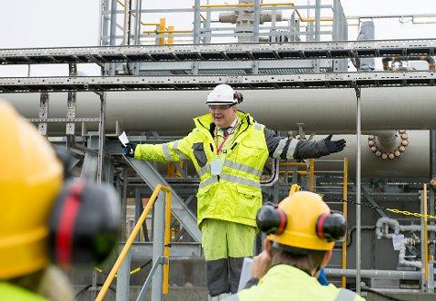 ØKTE OLJEPRISER: Olje- og energiminister Kjell-Børge Freiberg (Frp) der oljen fra Johan Sverdrup-feltet ankommer i rør til Mongstad anlegget. Dagens rapport fra Det internasjonale energibyrået er godt nytt for oljenæringen, og viser samtidig at klimamålene fra Paris-avtalen med stor sannsynlighet ikke kommer til å innfris. Foto: Marit Hommedal / NTB scanpix